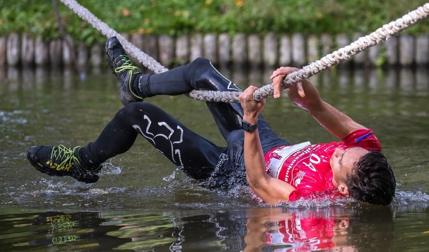 De deelnemers van de  Bikkel Survivalrun  stuiten op pittige hindernissen.