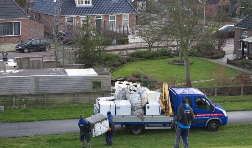 Containerafval van MSC Zoe wordt bij Wierum verzameld.