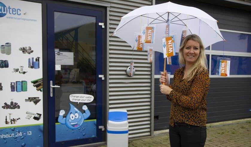 De paraplu van Tjitske Klijnstra hangt vol met mooie prijzen.
