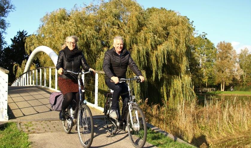 Tineke en Johannes van der Meer genieten van hun vrije tijd in het herfstzonnetje.