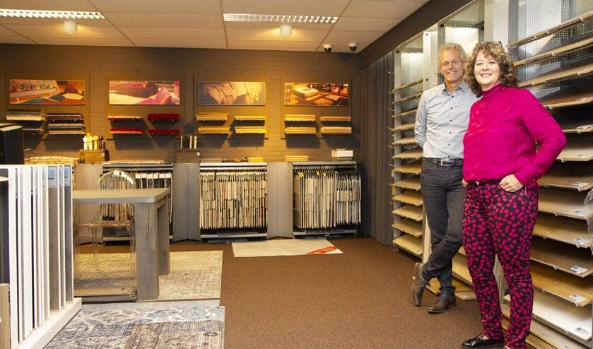 Sybe en Marjon de Vries op de afdeling vloeren.