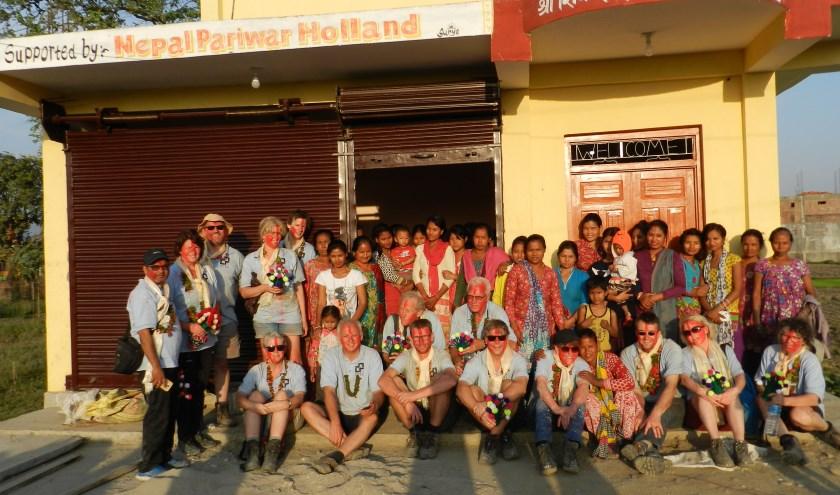 Interra Joure hielp stichting Pariwar in Bachhauli, Nepal, in 2017 bij het vergroten van een 'vrouwenhuis'. Precies in het midden, op hurken, Jan van der Laan.