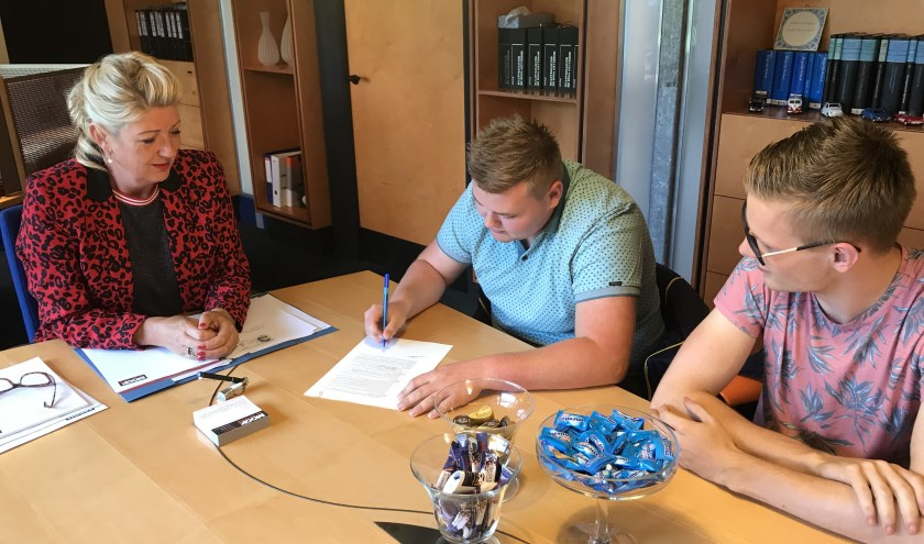 Het tekenen van de stichtingsakte.