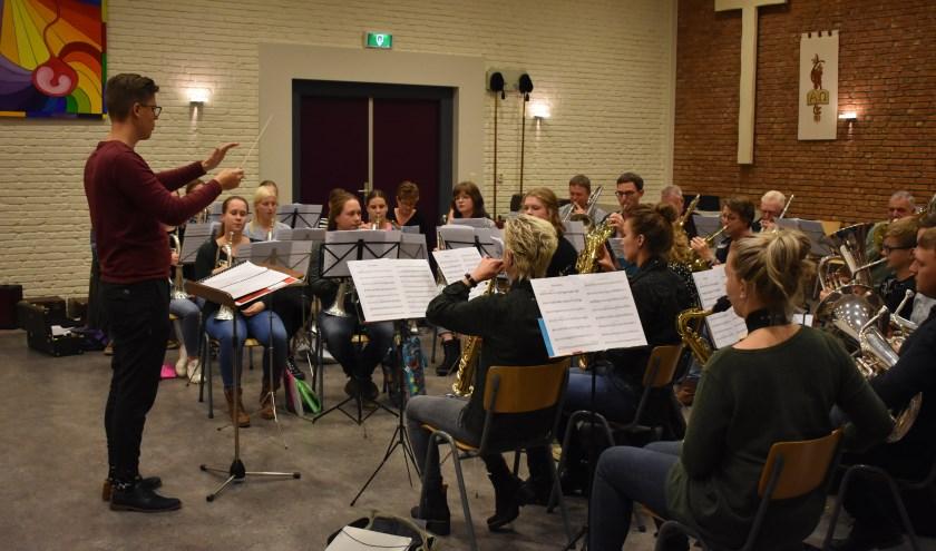 Dirigent Johan Postma oefent met De Bazuin voor het jubileumconcert van 30 november in Holwerd.