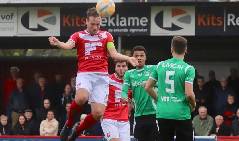 Twee doelpuntenmakers van Harkemase Boys: Henny Bouius (koppend) en achter hem Berwout Beimers.