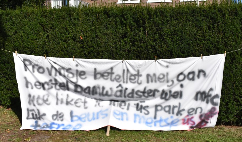 Spandoek voor subsidie voor nieuw dorpshuis in Feanwâlden.