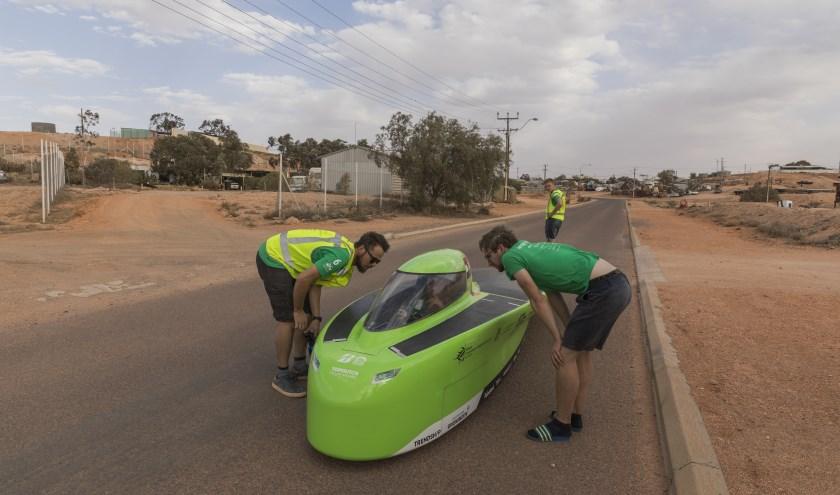 Teamleden in gesprek met een bestuurder van hun Green Lightning in Australië.