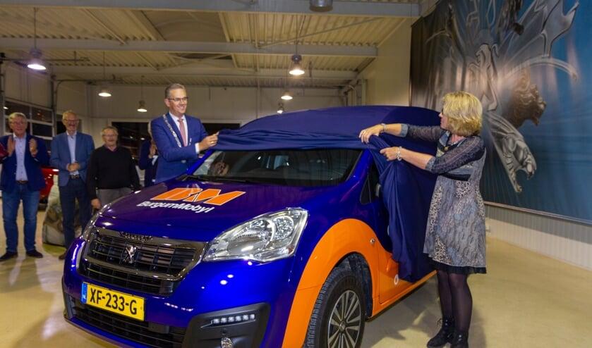 Burgemeester Jeroen Gebben enbestuurslid en initiatiefnemer Hanneke Haagsma onthullen de nieuwe kleurstijl.