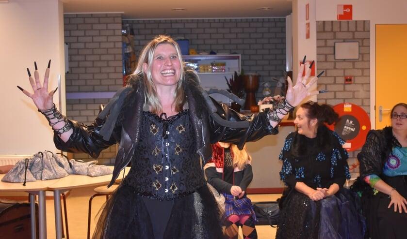 In obs De Wiksel in Houtigehage wordt nog gerepeteerd voor 'De heksen'.