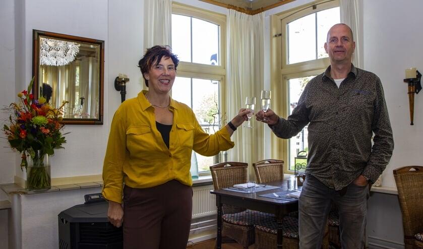 Herma en Bonnie Sikkes heffen graag met u het glas ter ere van hun jubileum. Geregeld is er in It Polderhûs iets bijzonders, ook met de kerstdagen.