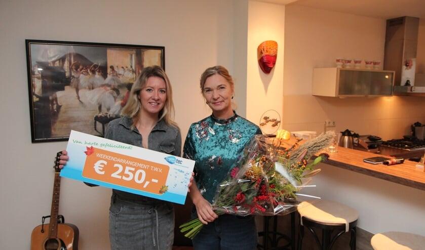 Tjitske Klijnstra (Mezutec) reikt de waardecheque uit aan Rowena Bolier.