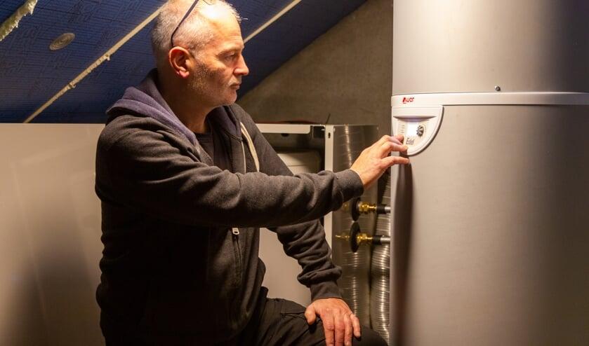Jurgen Dijkstra regelt een warmtepompboiler in.