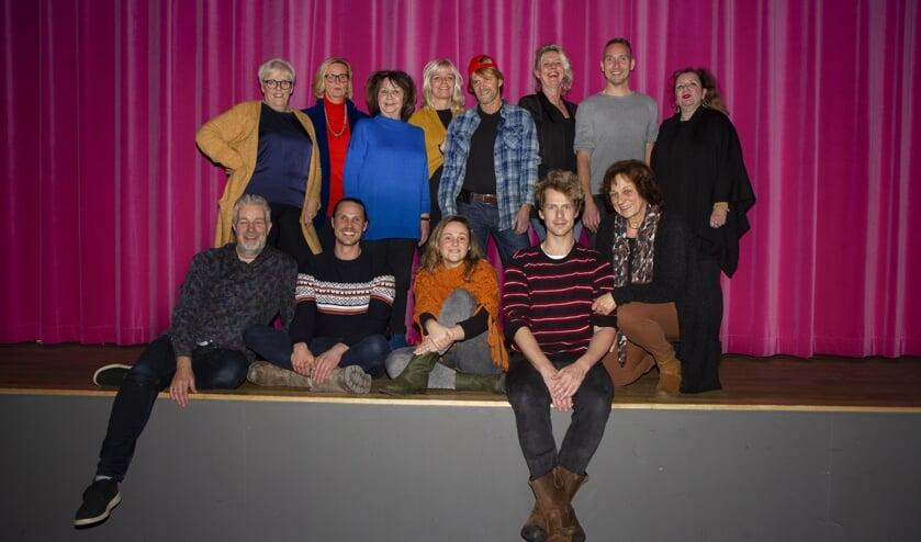 De crew voor de komende voorstelling ´Lang en Lokkich.´