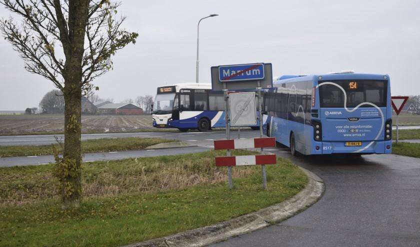 Twee bussen van lijn 154 bij Marrum. Ze stoppen alleen nog bij de provinciale weg, net als van de lijnen 54 en 60.