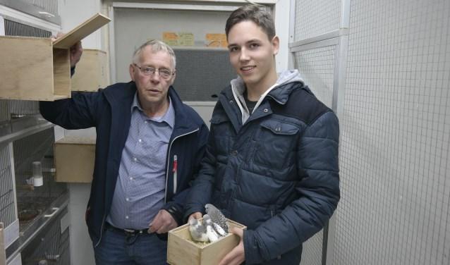 Simon Terpstra uit Marrum en zijn kleinzoon Hielke Deelstra uit Gytsjerk vertellen in het filmpje achter de foto wat er nodig is om de vogels klaar te maken voor de show.