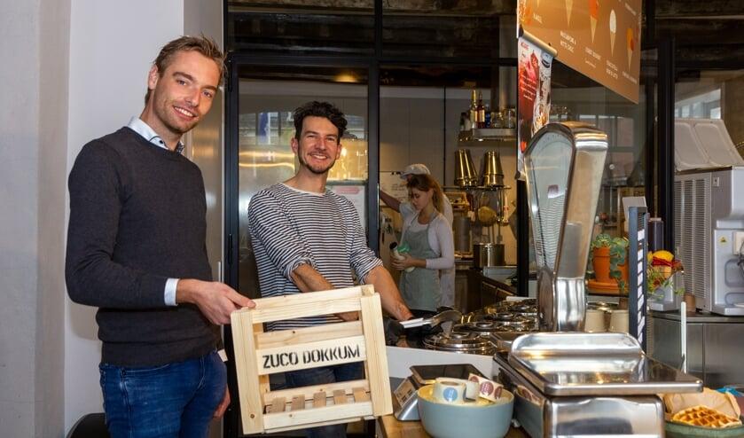 Hessel Jan Sinnige en Sander Wijnstra in de winkel, met op de achtergrond de zuivelfabriek.