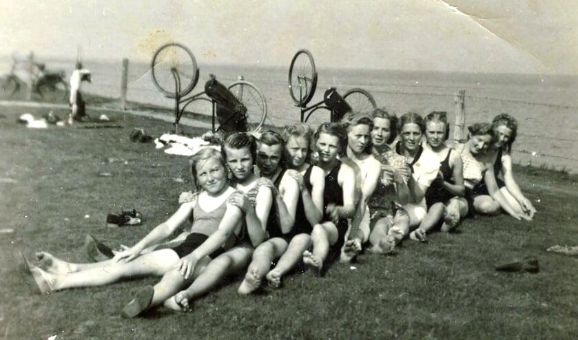De meisjes vermaken zich op Bant's hoeke aan het Wad bij Anjum. Vooraan Neeltje Mossel uit Anjum, tweede is Toos Lith uit Leiden.