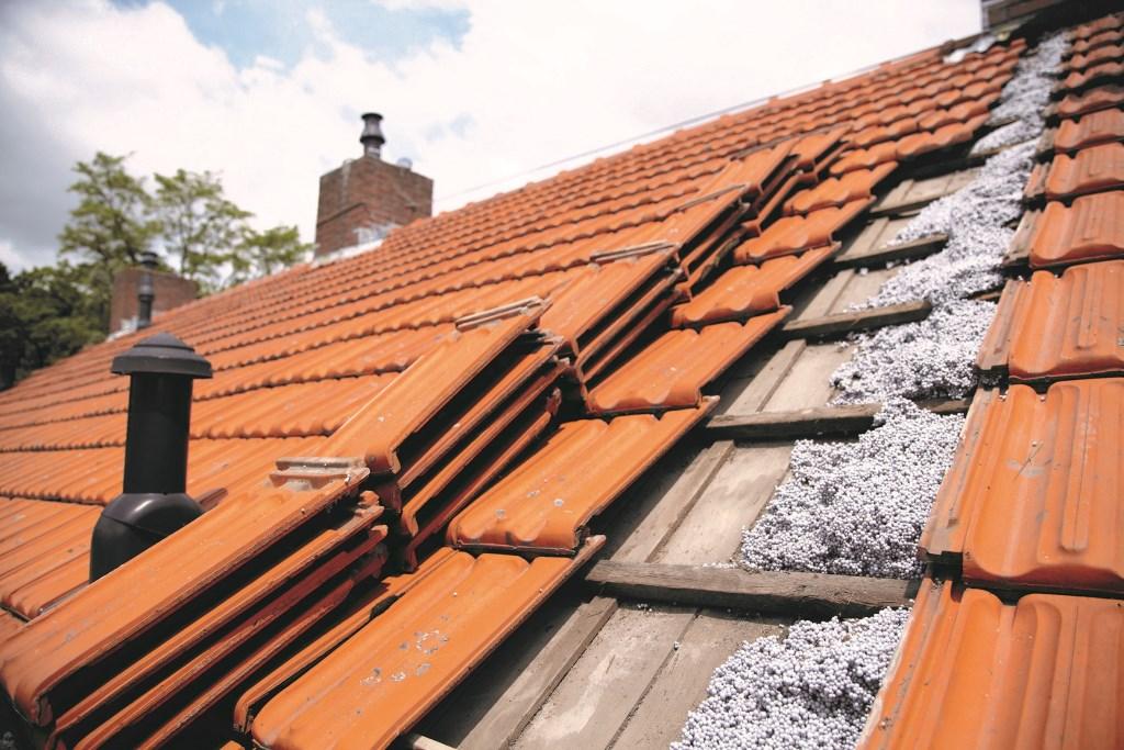 Het (brandwerende) isolatiemateriaal kan ook in de dakspouw worden gespoten. Foto: Koston Noord © Actief Media