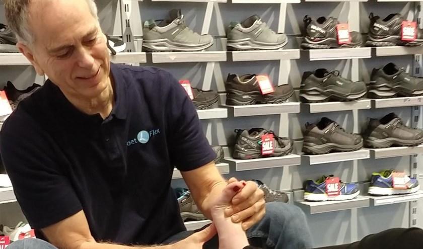 Niko Hartz is podotherapeut-plus en geeft zaterdagmiddag 30 november gratis voetscreenings.