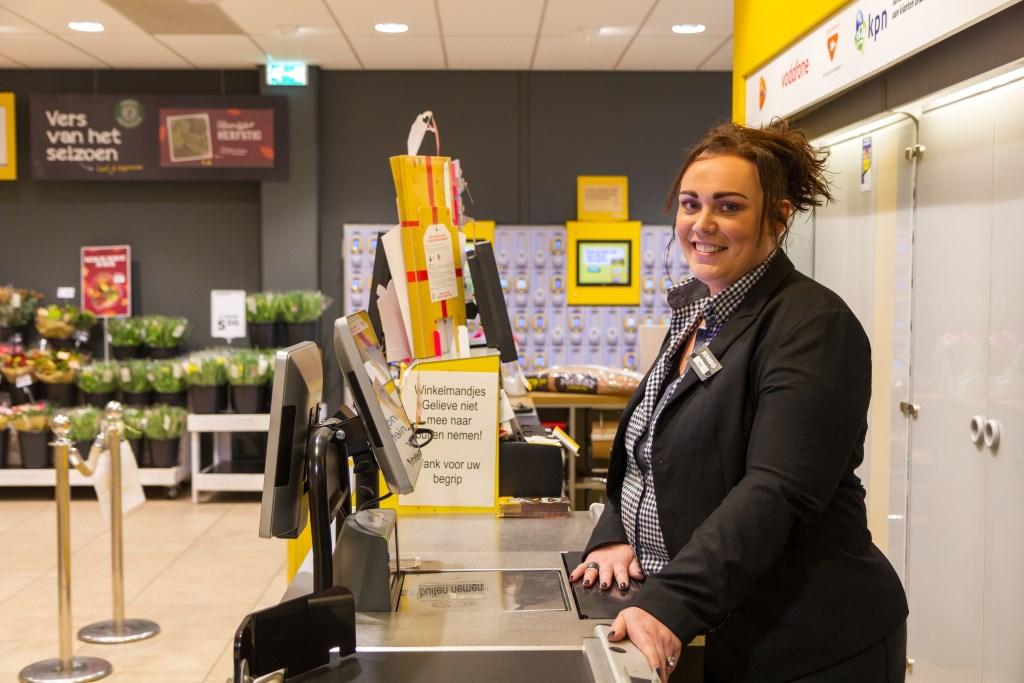 Service met een grote glimlach bij hoofdkassière Ellie de Haan.  Foto: Actief Media © Actief Media
