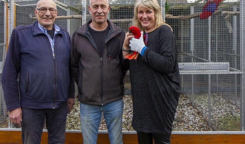 Links Harm Dijkstra, in het midden Henk Postma en rechts zijn vrouw Annie, alle drie lid van de Vogelvereniging Surhuisterveen e.o. en komende dagen met vogels te vinden op de tentoonstelling in De Lantearne.