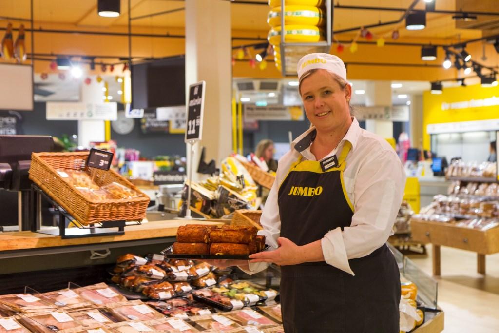 Chef vleeswaren/kaas Anita Rinsma adviseert over versspecialiteiten. Foto: Actief Media © Actief Media