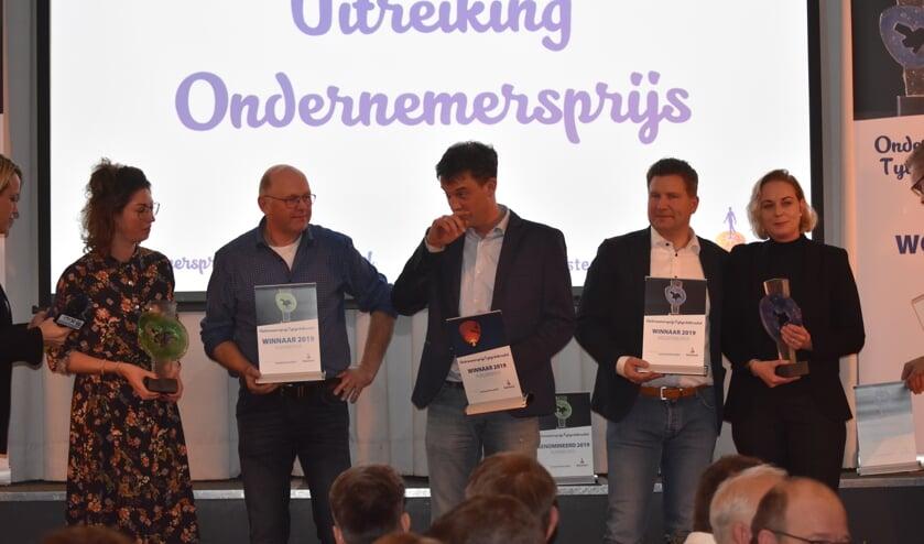 De winnaars: de Pietersma's (links) van Om de Dobben, Johan Timmermans (Timmermantsjoender) in het midden en Bouwbedrijf Swart (rechts).