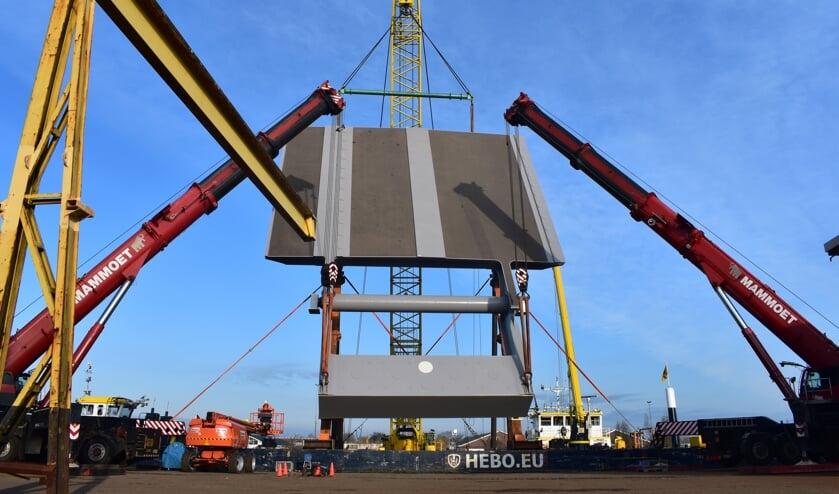 De nieuwe brug staat op het ponton in Sumar, bijna klaar voor de vaartocht.