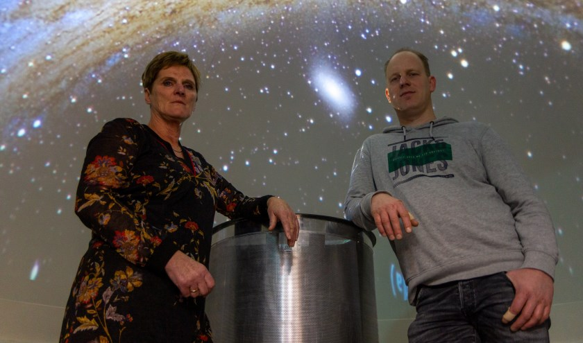 Twee van de vier vertellers: Ant Wiersma en Bernard Boersma in het digitale planetarium van het Observeum.