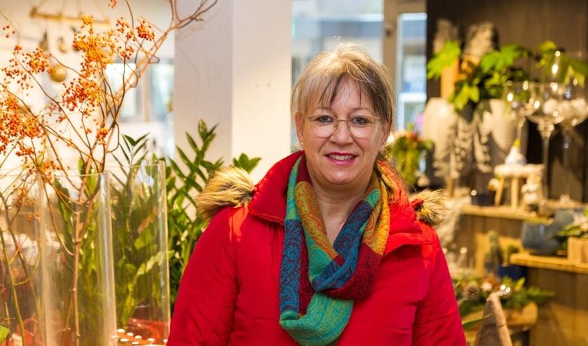 Hannie Rienks bij bloemenzaak Bloemtique schuin tegenover de grote kerstboom in de Kerkstraat waar veel activiteiten plaatsvinden.