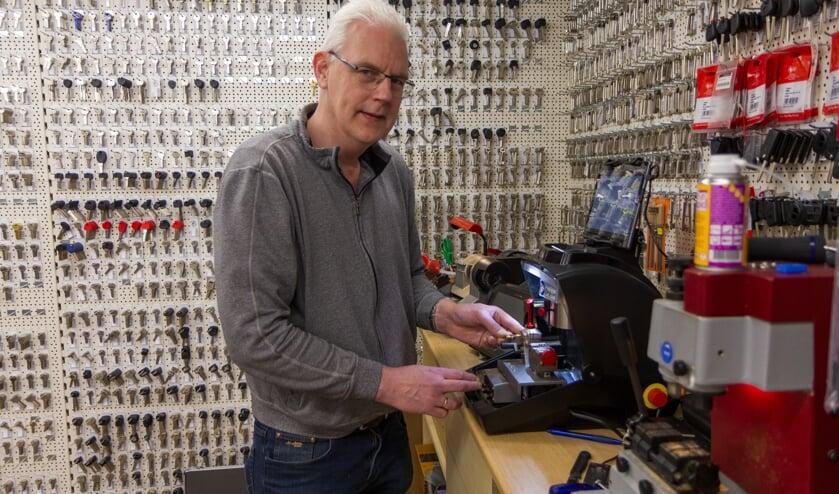 Berend Wiersma toont de nieuwe automatischesleutelfreesmachine.