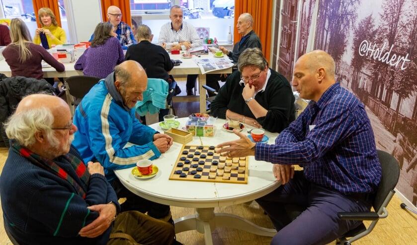 Rudi Koopmans (links) aan het dammen met Piet van Leeuwen tijdens Samen@Holdert.