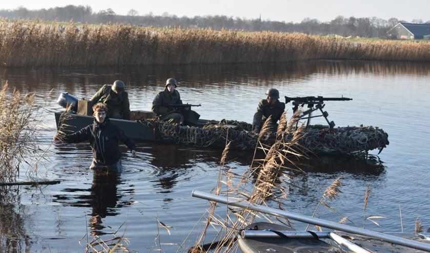 Duitse militairen zijn op zoek naar (de bemanning van) een neergestort vliegtuig.