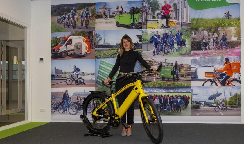 Marie-Christine Porte toont een trendy en snelle e-bike uit het assortiment leasefietsen.