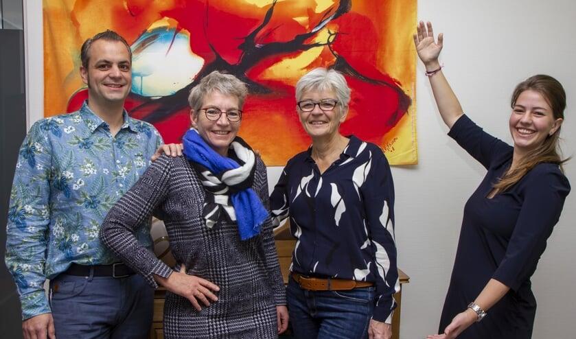 Rechts Margriet Postma, kantoormanager bij Kies Koers in Burgum, presenteert het team NLP-trainers voor 2020: v.l.n.r.  Jan Willem van Rangelrooij, Ymkje de Vries en Rennie Hoekstra.