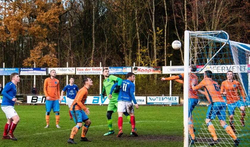 Drie verdedigers op de doellijn assisteren keeper Arjen Tolman van FC Burgum tegen 't Fean'58 (blauw-wit tenue).