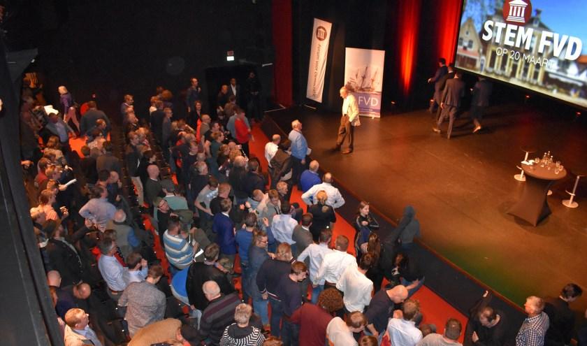 Op het podium raakt FvD-Kamerlid Theo Hiddema na het officiële deel in gesprek met raadslid Wietse Stienstra (blauwe trui). Die mocht z'n verhaal niet doen voor de microfoon.
