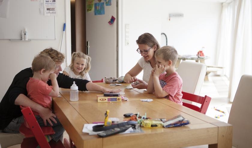 Vrijwilligers doen bijvoorbeeld een spelletje met de kinderen.