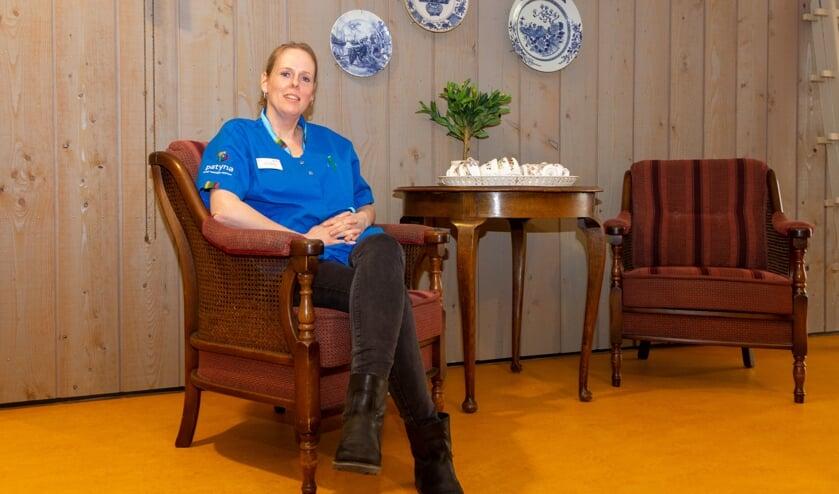 Verpleegkundige Herma Boers zit in een van de gezellige hoekjes in Noflik Wenje.