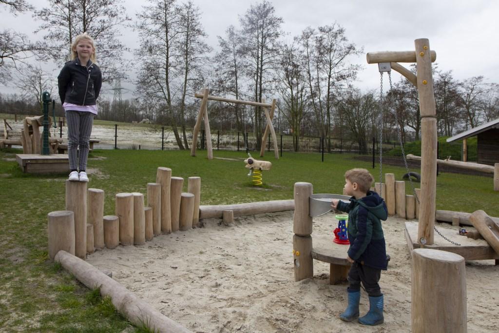 Naast brasserie Om de Dobben is er voor kinderen een afgesloten speeltuin en een groot natuurterrein waarin gelopen mag worden. Tijdens de Paasdagen worden in het natuurterrein eieren verstopt. Foto: Actief Media © Actief Media