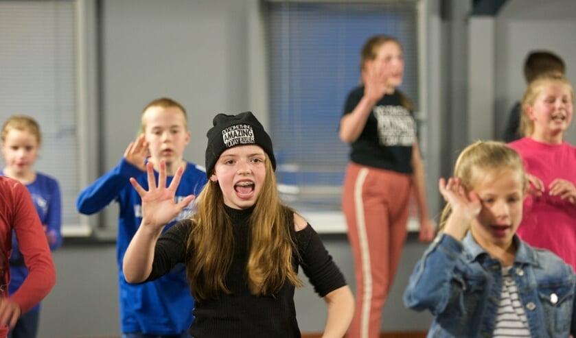 Jongeren maken in De Schierstins kennis met het theater.