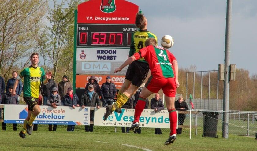 Henk van der Wal, maker van de gelijkmaker van VV Zwaagwesteinde (nummer 4) in duel met Martin Kool van Ropta Boys. Links Kees Kool.
