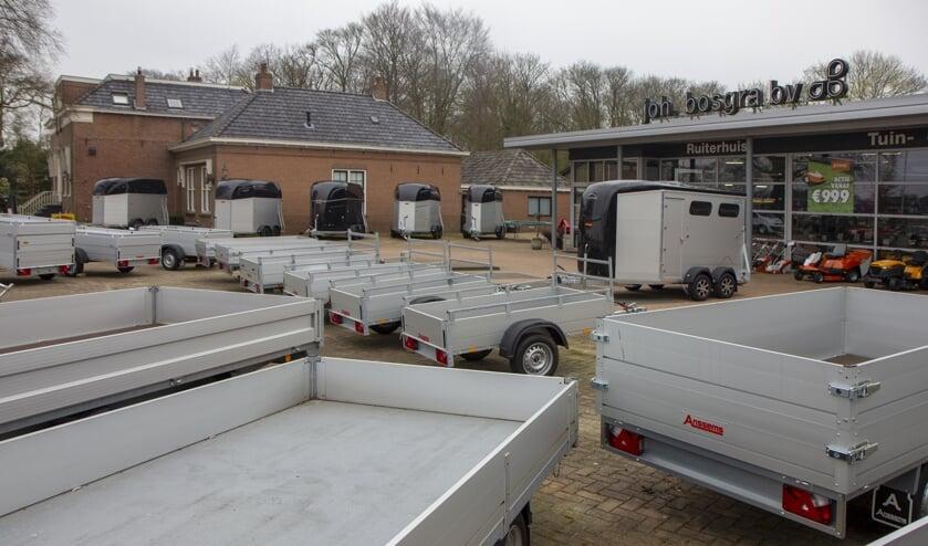 Veel keus bij Joh. Bosgra BV. Er is onder meer een grote afdeling aanhangwagens, paardentrailers, men- en marathonwagens.