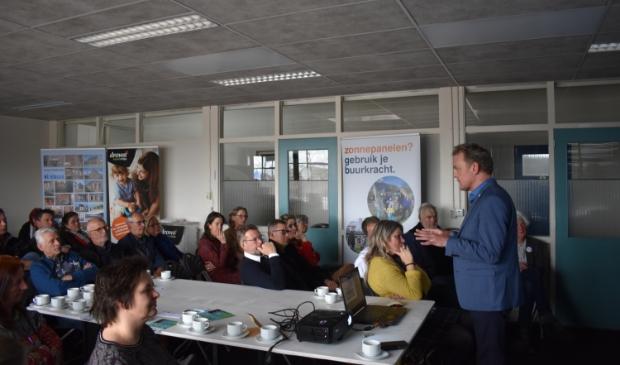 <p>Bouwe de Boer (rechts) opende 12 april 2019 het energiecaf&eacute; in Dokkum. In het plafond zit infrarood-verwarming.</p>