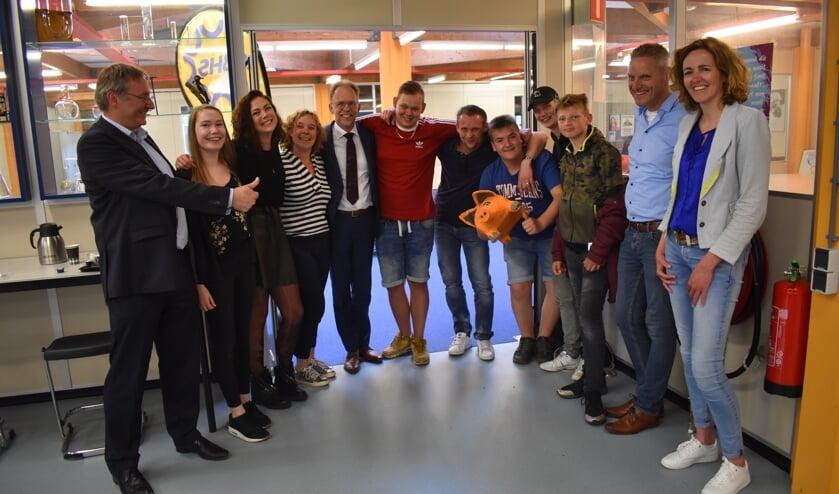 'Code Hans' is in feestelijke stemming in de Burgemeester Harmsmaschool in Gorredijk. Scan de foto met de ActiefPlus-app om het filmpje waarin Rob van der Holst een toelichting geeft, te bekijken.