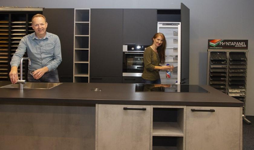 Rob en Jannie Wijnstra tonen in de showroom een grote verscheidenheid aan keukens en mogelijkheden.