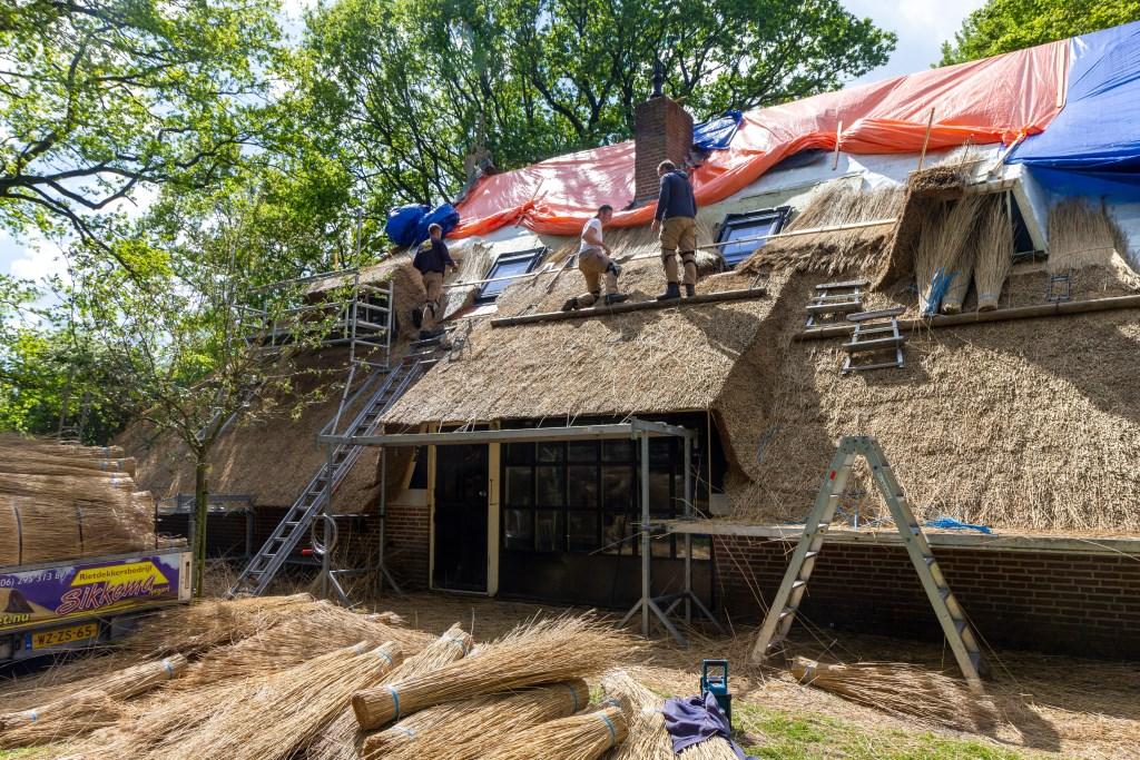 De woonboerderij in Makkinga waarop een dak met Sepatec wordt aangelegd. Het witte doek onder de afdekzeilen is glasvezeldoek.  Foto: Actief Media © Actief Media