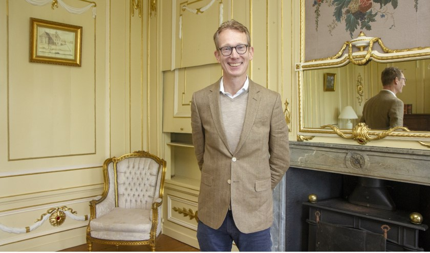 Architectuurhistoricus Niek Smit van Vereniging Hendrick de Keyser vertelt in de kamer van Harsta State over de fraaie ornamenten in Lodewijk XVI-stijl.