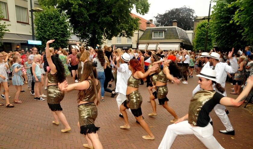 Ook dit jaar zijn er optredens van dansgroepen in het winkelcentrum van Burgum. Meer dan ooit is het de bedoeling dat het publiek mee kan dansen.