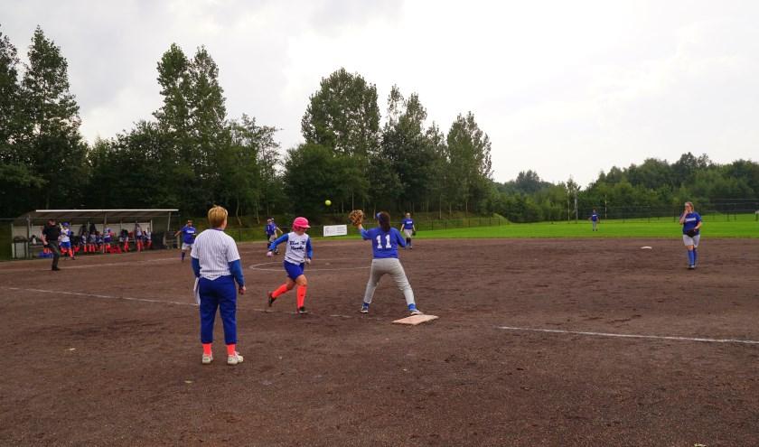 Ondanks het verlies was er tevredenheid bij de softbalsters van Drachten Diamonds (blauw tenue).